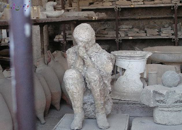 31959-a-plaster-cast-of-a-body-at-pompei-scary-pomp-تاریخei-italy