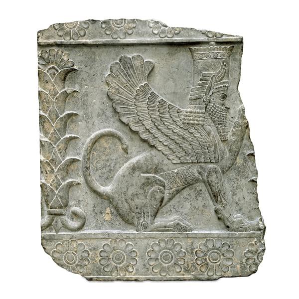 بخشی از دیواره تخت جمشید با نقش حیوانی افسانه ایدر موزه بریتانیا