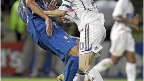 مجسمه یک درگیری جنجالی در فوتبال!!!