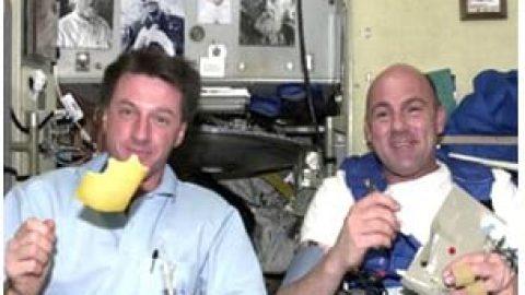 تا بحال فکر کردید فضانوردان در فضا چه می خورند؟