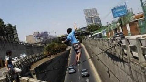 حماقت نوجوان گواتمالایی  و بند بازی بر فراز خیابان