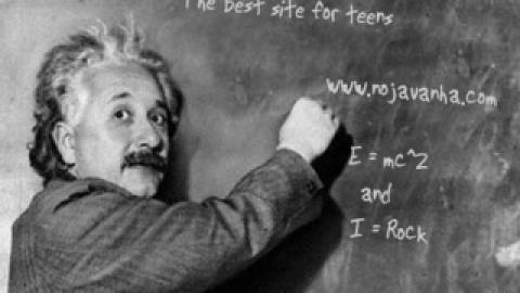 اسمتو بگو انیشتین روی تخته سیاه بنویسه
