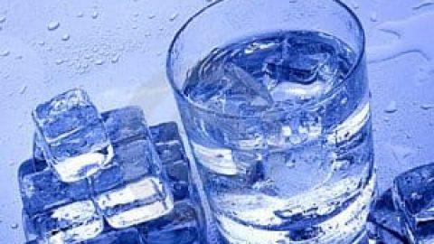 با غذا آب سرد بخوریم یا نه؟