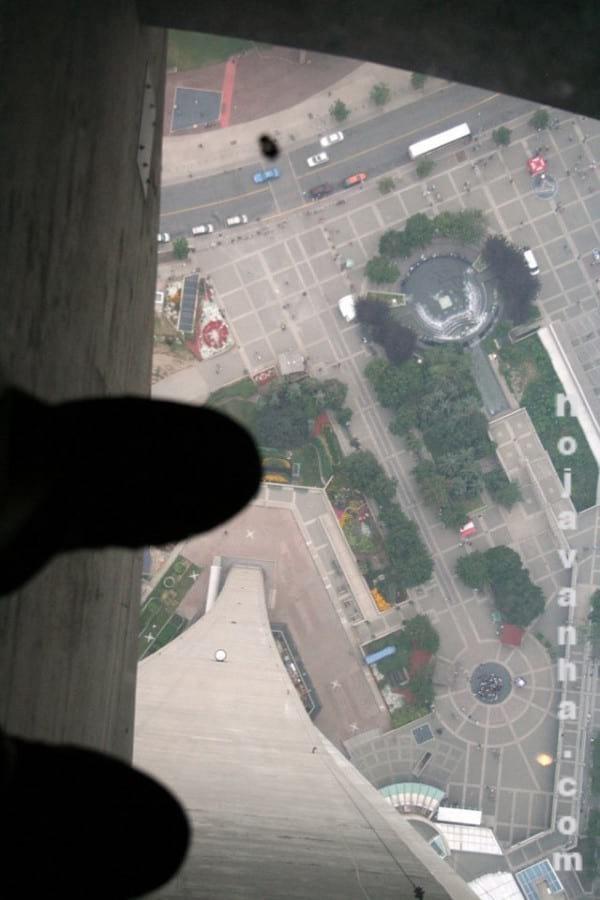 برج بلند و بالکن شیشه ای