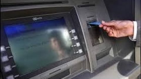 ازپول گرفتن برای دیگران در صف عابر بانک خودداری کنید