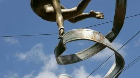 مجسمه های که تعادل خود را حفظ می کنند