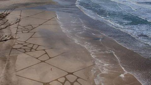 نقاشی هایی که با موج ها شسته می شوند