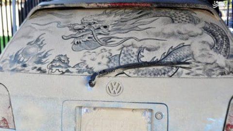 نقاشی با گِل بر روی ماشین