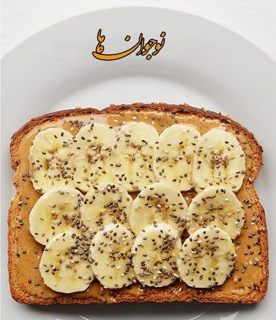 نان تست + کره بادام زمینی + برگه های نازک موز + کنجد
