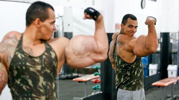 اقدام عجیب جوان برزیلی برای داشتن بازوهای بزرگ! (ویدئو)