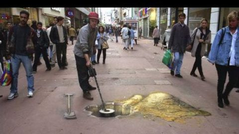 کشف طلا در پیادرو خیابان