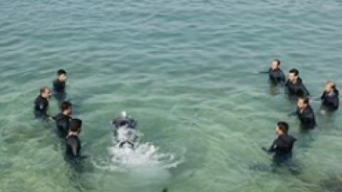 ۱۷۵ دقیقه شنا با دست بسته به یاد غواصان شهید