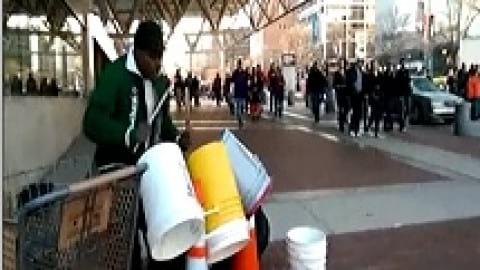 نوازندگی حرفه ای گدا در خیابان های واشنگتن (ویدئو)
