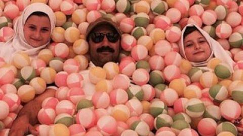 محسن تنابنده و سارا و نیکا در یک استخر توپ!