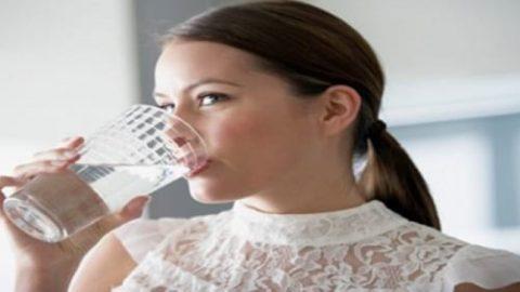 ۱۲ علامت و هشدار که نشان می دهد به اندازه کافی آب نمی نوشید!