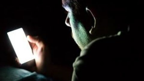 استفاده از موبایل در تاریکی را فراموش کنید