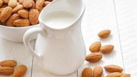با مصرف شیر بادام از آرایش بینیاز شوید