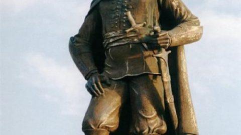 مجسمه این شخصیت ایرانی اثر کیست؟