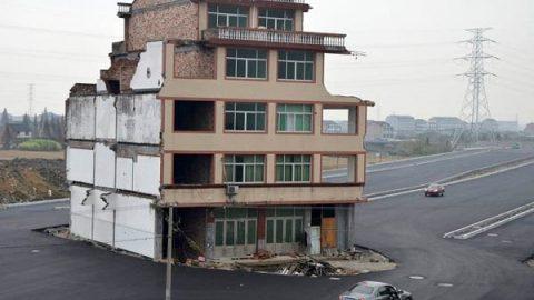 خانه ای در وسط اتوبان