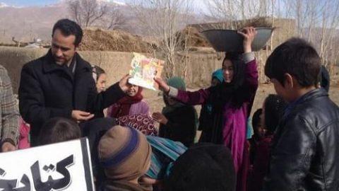 رساندن کتاب به کودکان در دورافتادهترین نقاط افغانستان با دوچرخه