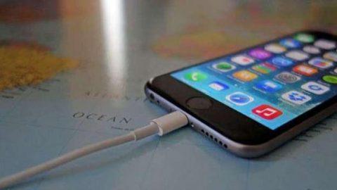 علت خطرناک بودن استفاده از گوشی حین شارژ
