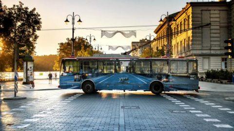 چشم انداز خیابان بر اتوبوس های برقی لیتوانی