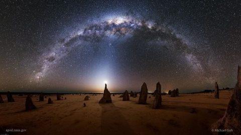 تصویر خارقالعاده کهکشان راه شیری بر فراز صخرههای عجیب