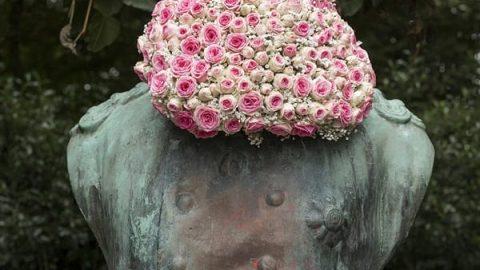 تندیس های سنگی با پوششی از گل ها!