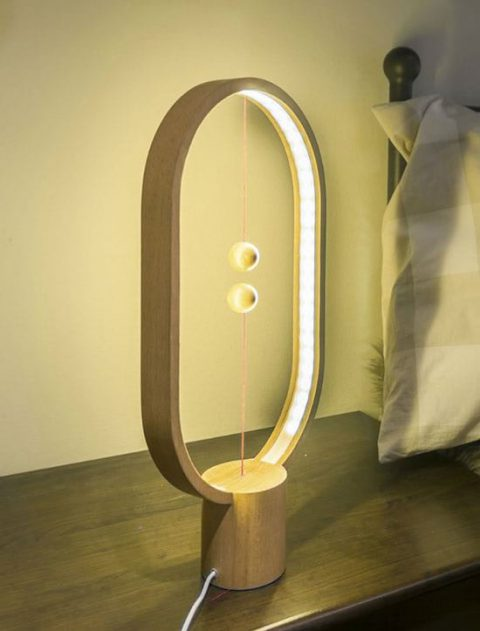 لامپ خلاقانه و جالبی که کلیدش در هوا معلق است!