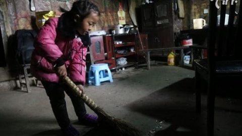 دخترک ۵ ساله ای که از دو پیرزن نگهداری می کند!