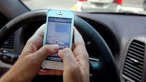 نگاهی به خطرات استفاده از گوشی موبایل حین رانندگی