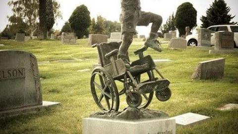 یادبود پدر برای قبر پسر معلولش