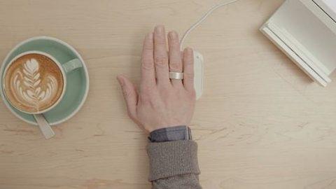 کارتهای اعتباری، کلیدها و کارتهای عبور همه در یک حلقه انگشتری