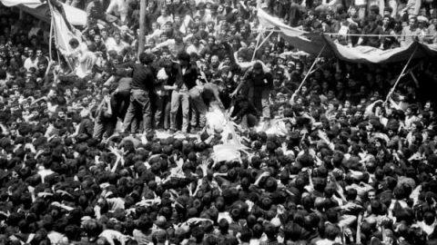 ۱۶ خرداد ۲۸ سال قبل؛ مراسم تشییع و خاکسپاری امام خمینی(ره)