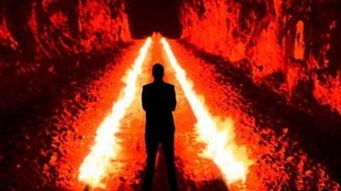 شیطان بر پیشانی چه کسی بوسه میزند؟