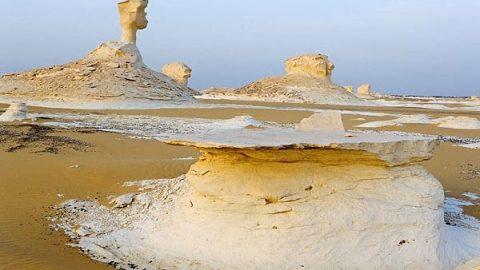 بیابانی در مصر که رنگ آن ۳ بار در روز تغییر می کند!