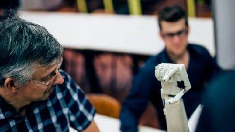 رباتی برای ترجمه متون به زبان علائم