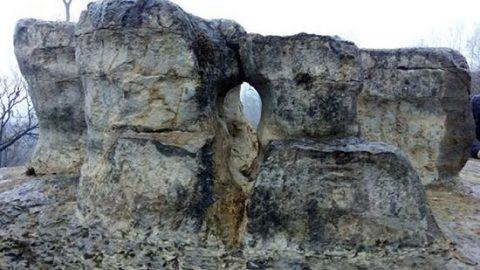 سنگی باستانی یا اثری طبیعی ؟
