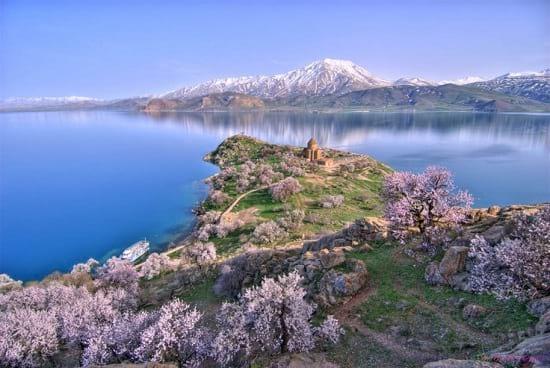 کشف قلعه ای  3000 ساله در عمق دریاچه وان ترکیه