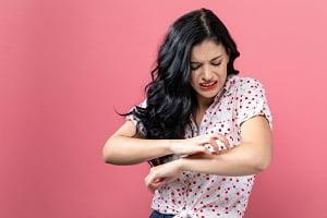 خاراندن دست به خاطر نیش پشه