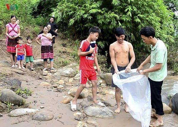 بچه هایی که در کیسه پلاستیکی به مدرسه می روند