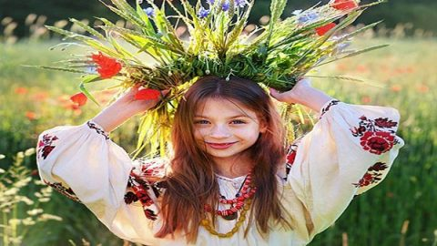 دختران نوجوان اوکراینی با تاج گل
