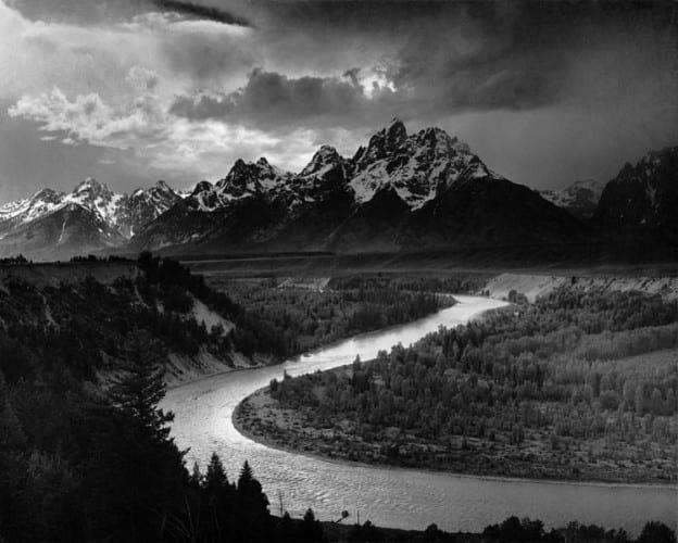 رودی درخشان از کوه سرازیرشده