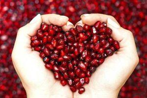 دانه های انار به شکل قلب قرمز