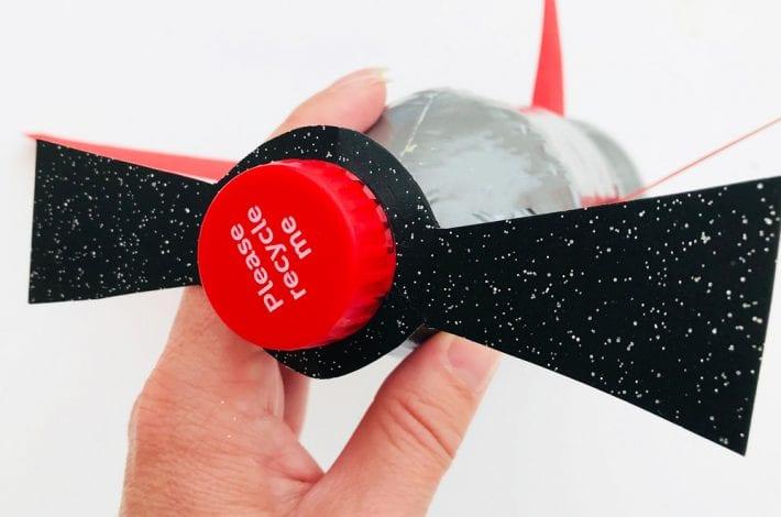 چسباندن پروانه هواپیما در مراحل ساخت هواپیما با بطری نوشابه