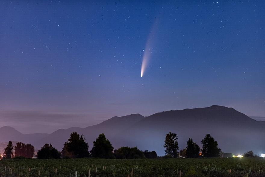 تصویری از یک ستارهی دنباله دار بر فراز کوهستان